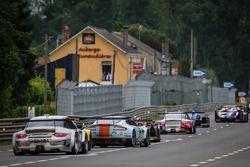 Grupo de carros segue o Safety Car, durante bandeira amarela: #88 Proton Competition Porsche 911 GT3