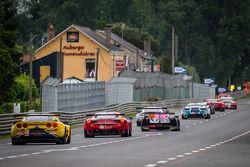 Een groep auto's volgen de Safety Car tijdens de neutralisatie: #70 Larbre Compétition Corvette C6.R