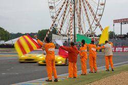 赛道工作人员庆祝赛车手胜利