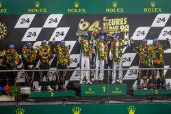 LMP1 pódio corsário: vencedores da classe Nick Leventis, Jonny Kane, Danny Watts, segunda colocação