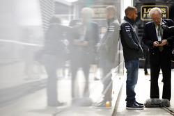 Lewis Hamilton, Mercedes AMG F1 con Sir David Frost (GBR)