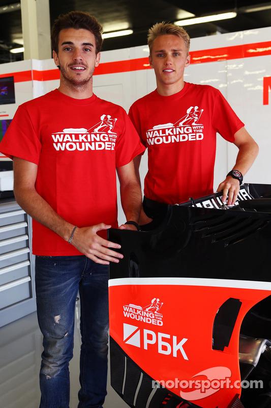 Jules Bianchi, Marussia F1 Team e Max Chilton, Marussia F1 Team apoiam andando com os feridos.