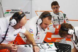 Paul di Resta, Sahara Force India watches his mechanics prepare VJM06