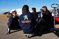 Peugeot Esporte mecânicos take a break