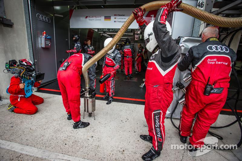 Audi Sport teamleden na een pitstop
