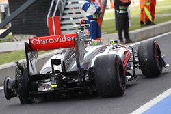 Sergio Perez, McLaren MP4-28 returns to pit stop ve rear tyre puncture 3. practice session