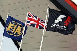 Drapeaux de la FIA, du Royaume-Uni et de la F1