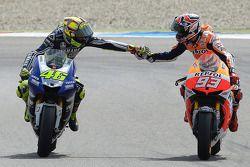El ganador de la carrera Valentino Rossi, Yamaha Factory Racing y el segundo lugar Marc Marquez, Repsol Honda Team