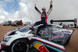 Vencedor Sébastien Loeb comemora, após quebrar recorde