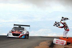 #208 Peugeot 208 T16 Pikes Peak: Себастьен Лёб пересекает финишную черту