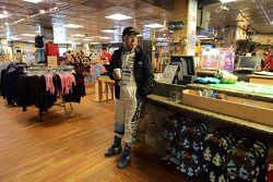 Nobuhiro Tajima espera no gift shop