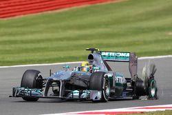 Lewis Hamilton Mercedes AMG F1 W04 retourne aux stands avec un pneu crevé