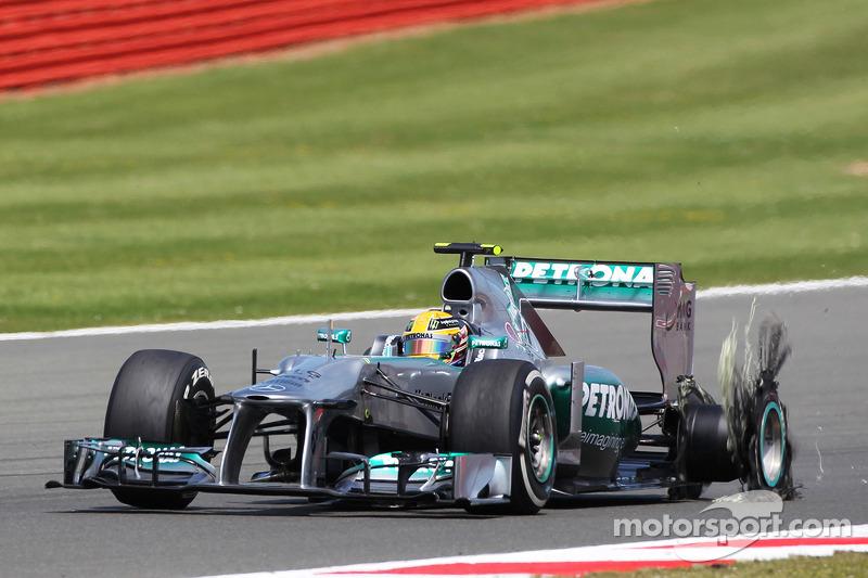 Lewis Hamilton Mercedes AMG F1 W04 returns to pit stop ve punctured rear Pirelli lastiği