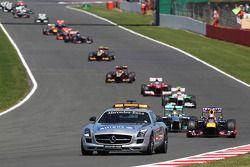 Sebastian Vettel Red Bull Racing RB9 ve behind Güvenlik Aracı