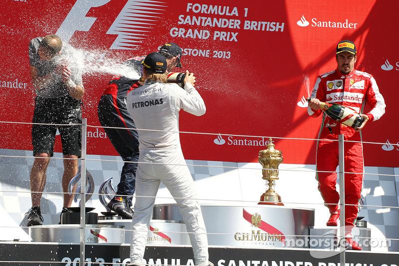 Yarış galibi Nico Rosberg Mercedes AMG F1 kutlama yapıyor, Podyum