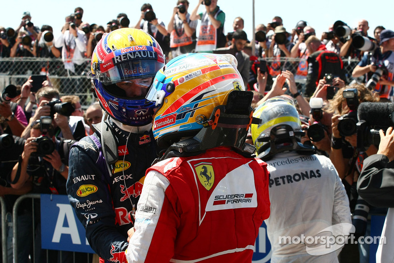 Mark Webber Red Bull Racing y Ferrari Fernando Alonso en parc ferme