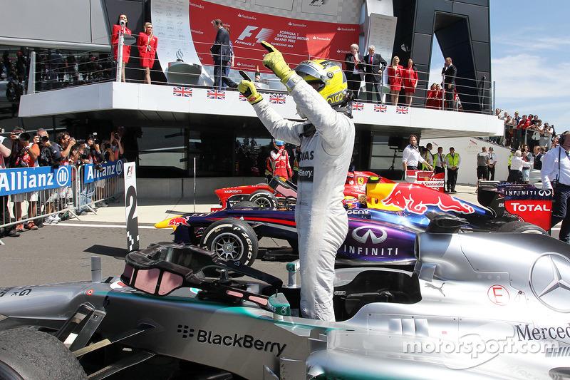 Yarış galibi Nico Rosberg Mercedes AMG F1 W04 kutlama yapıyor kapalı park