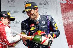 Mark Webber Red Bull Racing viert zijn 2e plaats op het podium
