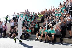 Nico Rosberg (Mercedes AMG F1) et son équipe