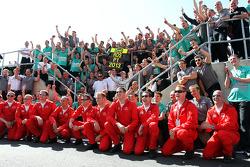 Nico Rosberg (Mercedes AMG F1) avec son coéquipier Lewis Hamilton, son patron Ross Brawn et toute l'équipe