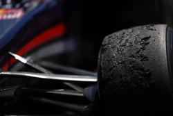 Des pneus Pirelli usés sur la Red Bull Racing RB9 de Mark Webber