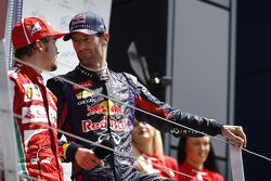 Fernando Alonso Ferrari praat met Mark Webber, Red Bull Racing op het podium