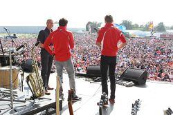 Tony Jardine, Jules Bianchi Marussia F1 Team y Max Chilton Marussia F1 Team en el concierto después