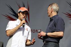 Sergio Perez McLaren y Tony en el concierto después de la carrera