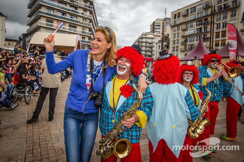 Een blije clown met een fan