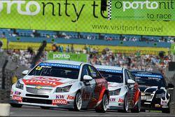 Yvan Muller, Chevrolet Cruze 1.6T, RML à frente de Tom Chilton, Chevrolet Cruze 1.6T, Nika Racing