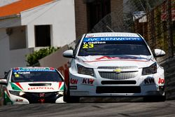 Tom Chilton, Chevrolet Cruze 1.6 T, RML leads Gabriele Tarquini, Honda Civic, Honda Racing Team J.A.S.