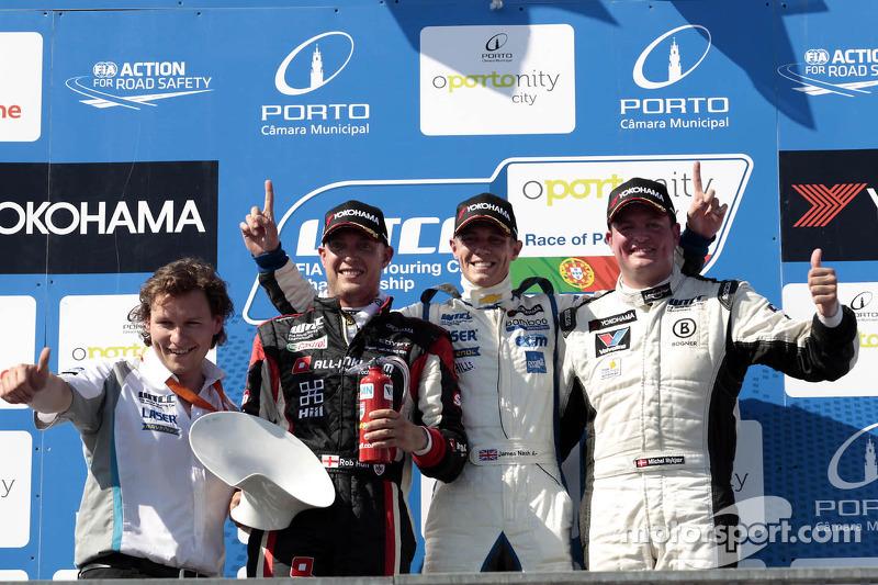 2e plaats Robert Huff, ALL-INKL.COM SEAT Leon WTCC, 1e plaats voor James Nash, Bamboo Engineering Chevrolet Cruze 1.6 T, 3e plaats voor Michel Nykjaer, NIKA Racing Chevrolet Cruze 1.6 T, Podium Race 2