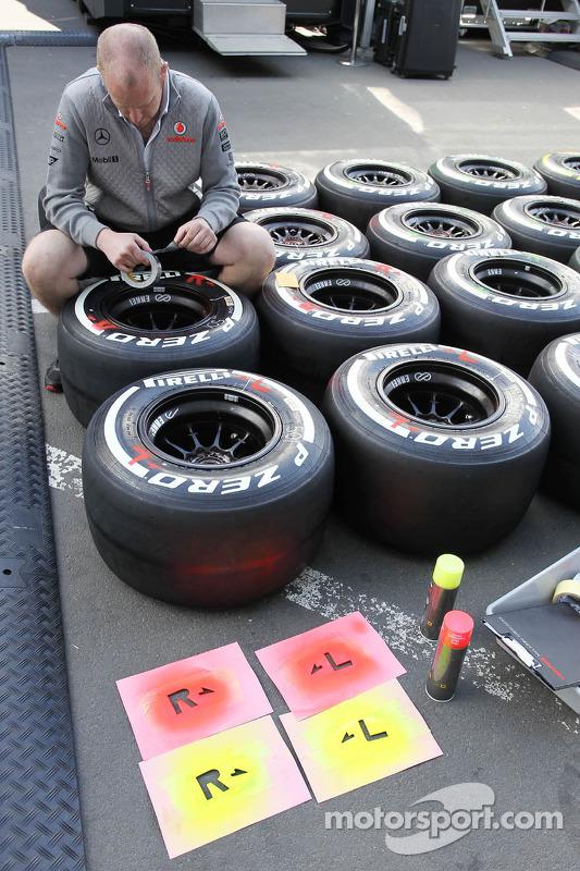 Pirelli-banden worden klaargemaakt door een monteur van McLaren