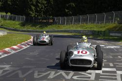 Lewis Hamilton und Nico Rosberg fahren historische Mercedes-Autos auf der Nordschleife
