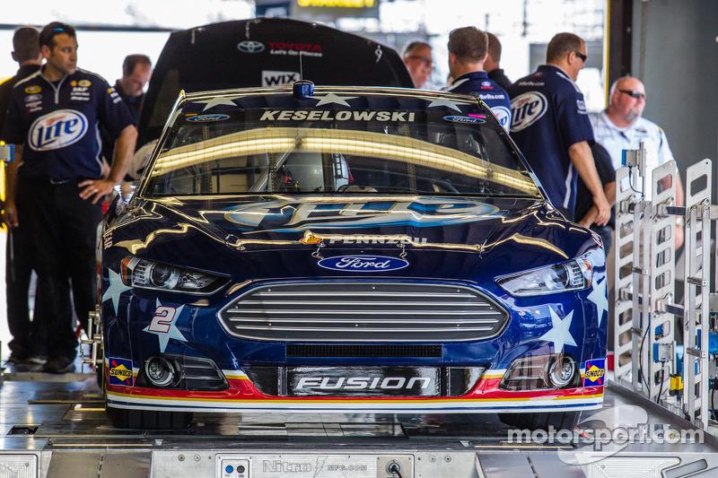 De auto van Brad Keselowski, Penske Racing Ford bij de technische keuring