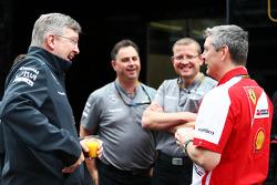 Ross Brawn, Teambaas Mercedes AMG F1, met Steve Clark, Ferrari Chief Engineer