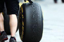 Un pneu Pirelli usé
