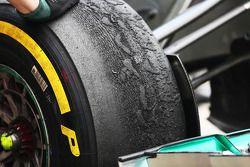 Un pneu Pirelli usé, Mercedes AMG F1 W04