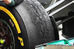 Versleten Pirelli band op een Mercedes AMG F1 W04
