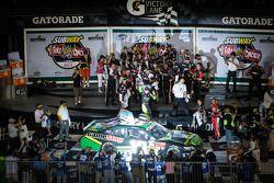 Victory lane: racewinnaar Matt Kenseth viert het resultaat