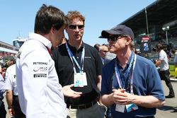 Toto Wolff, Aandeelhouder en directeur Mercedes AMG F1, en Ron Howard, Filmregisseur, op de grid