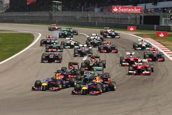 Sebastian Vettel, Red Bull Racing RB9 und Mark Webber, Red Bull Racing RB9 führen beim Start