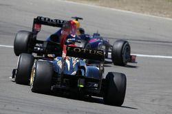 Sebastian Vettel, Red Bull Racing RB9 et Romain Grosjean, Lotus F1 E21