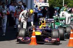Lewis Hamilton, Mercedes AMG F1 looks at the Red Bull Racing RB9 of Mark Webber, Red Bull Racing in