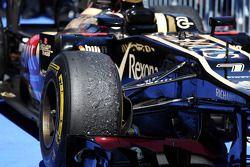 Un pneu Pirelli usé, sur la Lotus E21 de Kimi Räikkönen