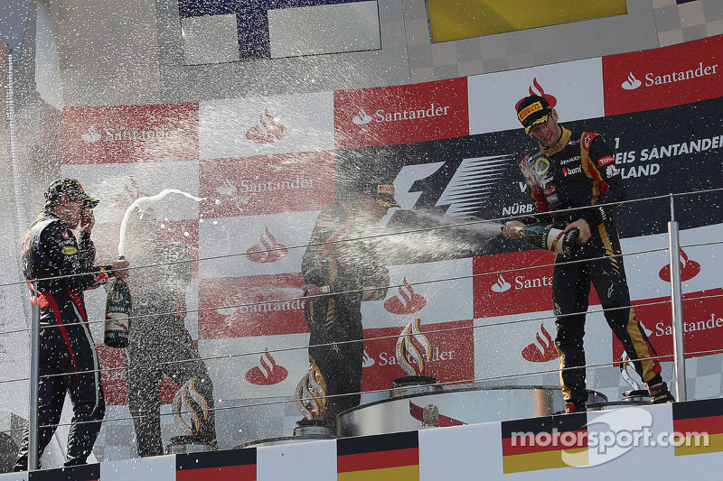 (L naar R): racewinnaar Sebastian Vettel, Red Bull Racing viert feest op het podium met Kimi Raikkonen, Lotus F1 Team en Romain Grosjean, Lotus F1 Team