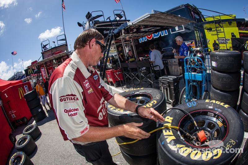 Teamlid van Ryan Newman, Stewart-Haas Racing Chevrolet maakt de banden klaar