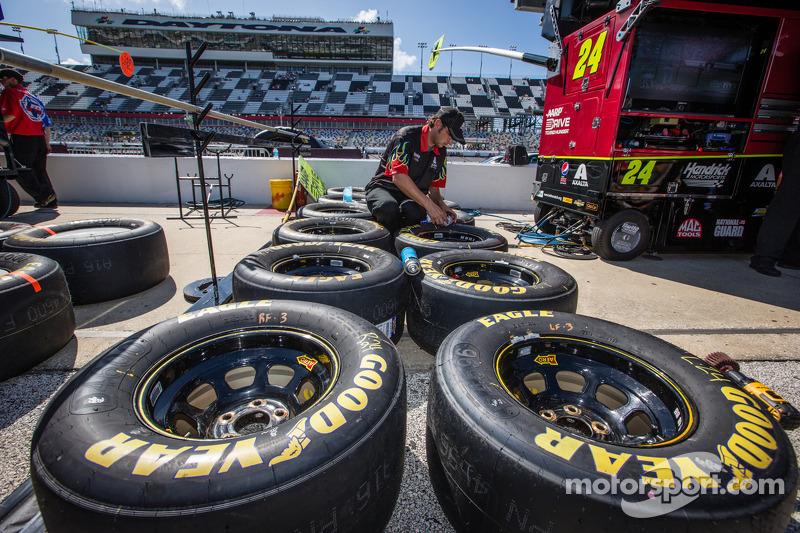 Teamlid van Jeff Gordon, Hendrick Motorsports Chevrolet maakt de banden klaar