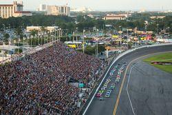 De pace car voor Kyle Busch, Joe Gibbs Racing Toyota en Matt Kenseth, Joe Gibbs Racing Toyota en de