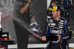 Victory lane: racewinnaar Jimmie Johnson viert het resultaat